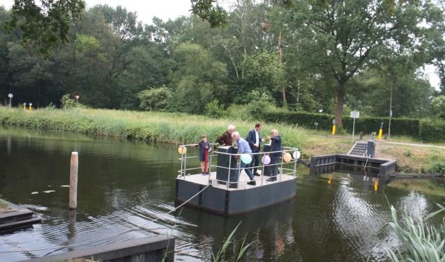 Een overtocht met het pontje over het Apeldoorns kanaal is opgenomen in de wandeling over het Paddenpad.