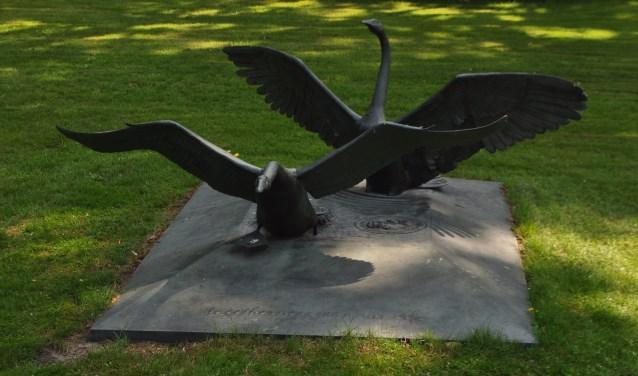 Het standbeeld van de zwarte zwanen in de tuin van het landgoed