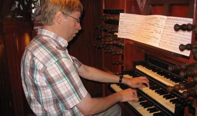 Ad van Pelt aan zijn Woerdense orgel. Foto: AvP