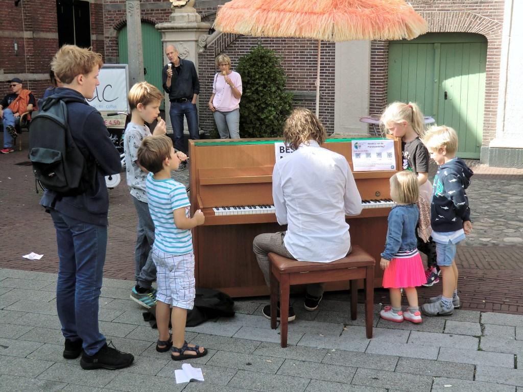 Piano voor het stadhuis Foto: Martin Smaling © Persgroep