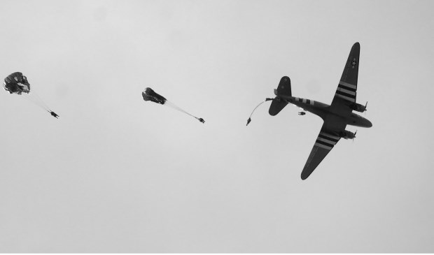 De parachutistendropping in Vierlingsbeek is op het laatste moment afgelast.