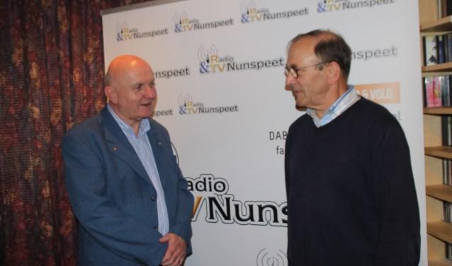 In de studio van RTV Nunspeeet in De Binnenhof neemt Erik Stotijn het stokje over van Anne de Vries. Foto Dick Baas