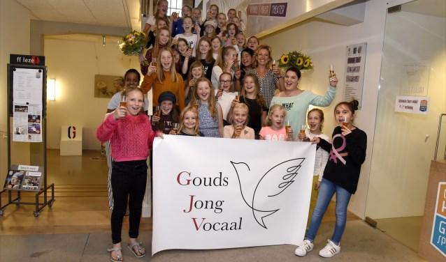 Met kinderchampagne wordt de aftrap gegeven voor het koor Gouds Jong Vocaal van Daniëlle van der Laar. Foto: Marianka Peters