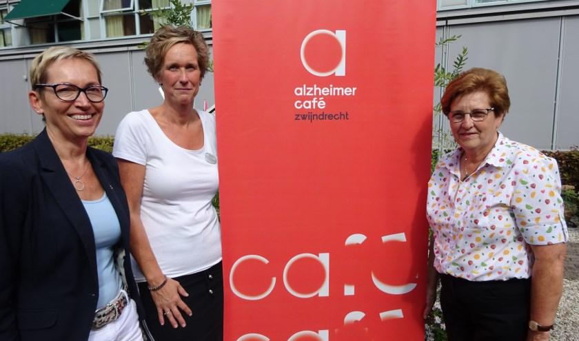 Carla van der Slot (rechts) was 18 jaar lang onlosmakelijk verbonden met het Alzheimer Café Zwijndrecht, maar draagt nu het stokje over aan Bianca Niezink en Corien van Poortvliet. (Foto: Eline Lohman)