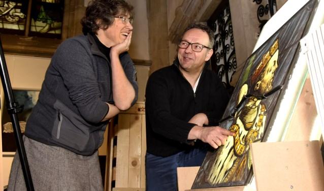 Conservator Goudse Sint Jan Winnie Verbeek bekijkt samen met glazenier Ad van den Hoven de staat van het het glas van Filips II. Foto: Marianka Peters