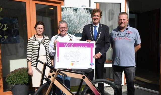 Overhandiging cheque van Auke tweewielers voor hospice De Olijftak.
