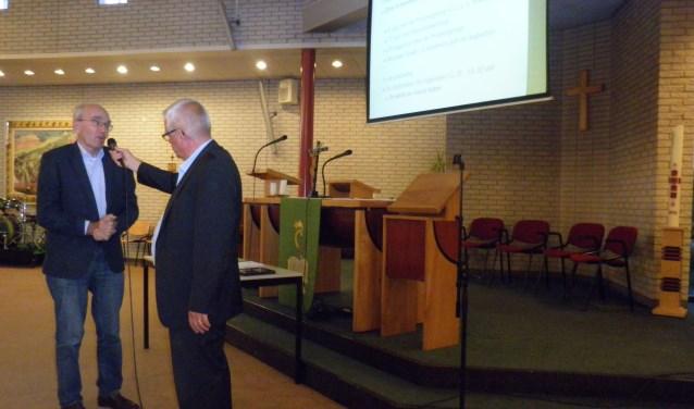 Pieter Crul (l) van het vicariaatberaad vertelt André van der Wiel over de projectgroep Schouders onder de Wijngaard. Foto Kees van Rongen