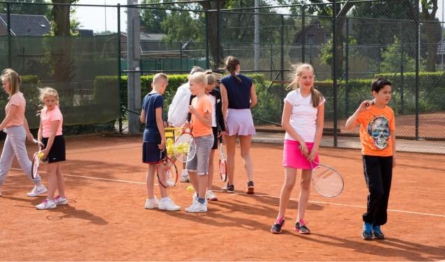 De jeugd krijgt bij het jubileum een leuke tennis clinic voorgeschoteld.
