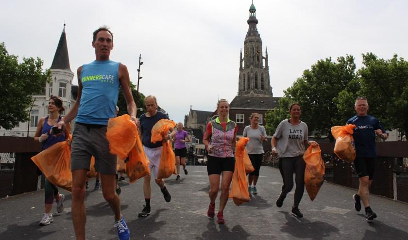 Ploggen is hip, bewegen en gelijk zwerfvuil verzamelen. Na Breda komt deze hype vrijdag ook naar Roosendaal. Foto: infobreda.nl.