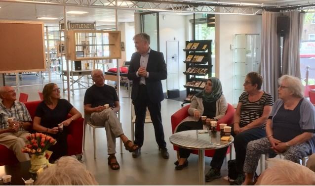 Wethouder Kees de Ruijter spreekt taalcoaches en taalcursisten toe