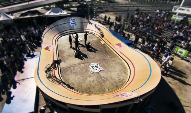 Een vergelijkbare Mini Velodrome baan als deze staat in de Koepelhal tijdens het Tilburg Fietst Festival. Foto: Red Bull