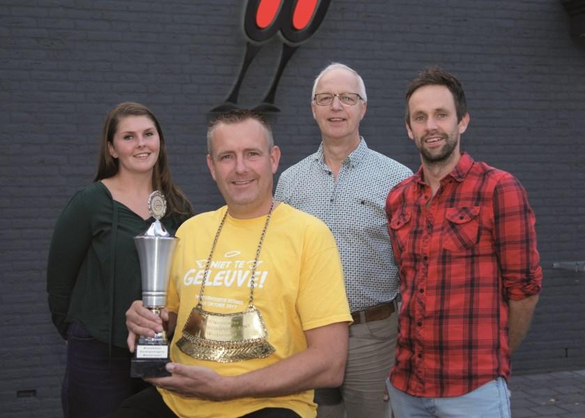 De huidige kermiskoning Mark ten Bosch met achter hem de leden van het Kermiscomité (vlnr): Susan Worm, Martin Wieleman en Tim Koenen.