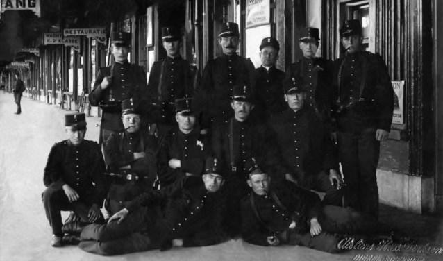 Bartus Averesch, links op zijn hurken, met zijn dienstmakkers op het station van Deventer.