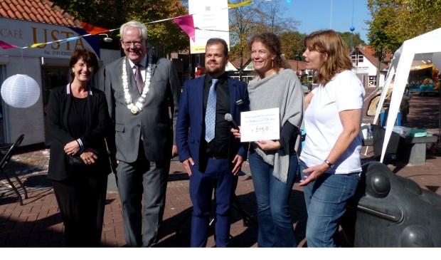 Afsluiting actie Villa Joep met waarnemend burgemeester Govert Veldhuijzen. Foto: Roel van Deursen