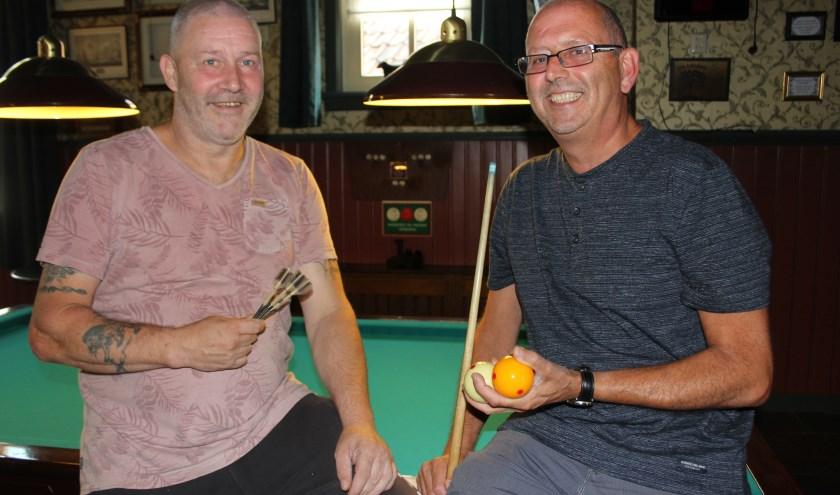 Wilco Vissers van De Linde en René Rijken verheugen zich op de 24-uurs biljart - en dartmarathon die op zaterdag 8 en zondag 9 september gehouden wordt. Foto: Wendy van Lijssel