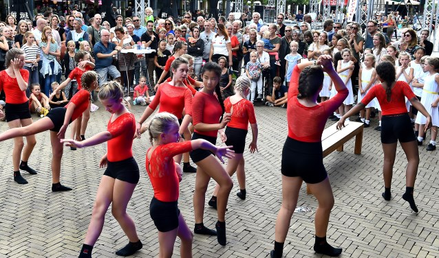 Demonstratie van Studio In Dans Doetinchem. (foto: Roel Kleinpenning)
