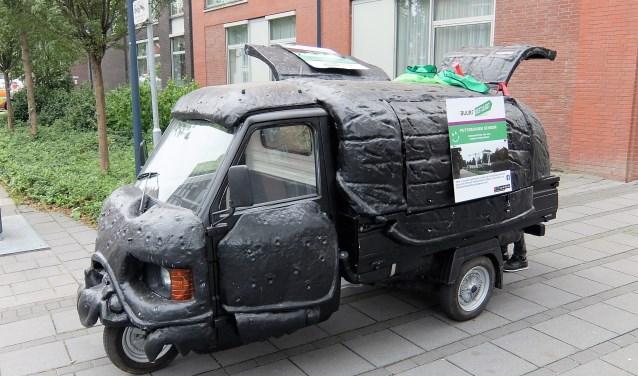 Mestkever, een omgebouwde driewieler die de groep gebruikt voor het vervoer van spullen en het afvoeren van zwerfafval. (Foto: Privé)