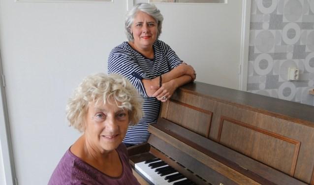 Veronica Loefs (achter de piano) en Ceciel Funnekotter: ''Muziek maakt bij iedereen iets los.''