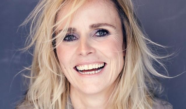 De Almelose auteur Yvanka van der Zwaan signeert haar roman '19% kans op geluk' bij Broekhuis.