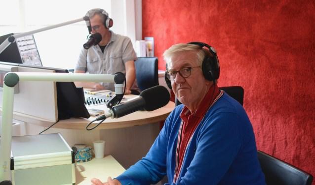 """""""Je kan bij de Omroep altijd binnenlopen en aanschuiven. Bij álle programma's!"""" Dus heb je iets te vertellen? Op naar Hoogstraat 82. Of luister mee via de website, app of 107.8 FM. (Foto: Britt Planken)"""
