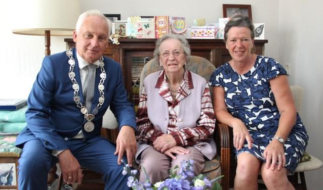 Het bezoek van de heer en mevrouw Van der Borg werd door de jarige bijzonder op prijs gesteld. (Foto: Ria Scholten)