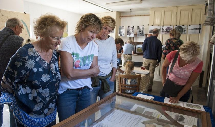 Bezoekers van monumentendag lezen informatie over boerderij de Brouwketel in Angeren. (foto: Ellen Koelewijn)