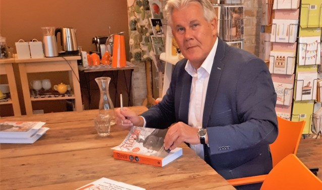 Jaap Kooimans signeerde 22 september zijn boek Floris in Boek- en Leeswinkel Het Witte Huys Rhoon