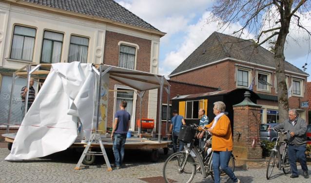 Bouwgroep 'Triplacuton' bouwt op de Markt in Bredevoort een heuse draaimolen, de bouw trok de nodige bekijks.