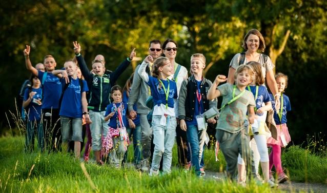 De avondvierdaagse levert zoals altijd mooie plaatjes op van de deelnemers. (foto: Arjan Broekmans)