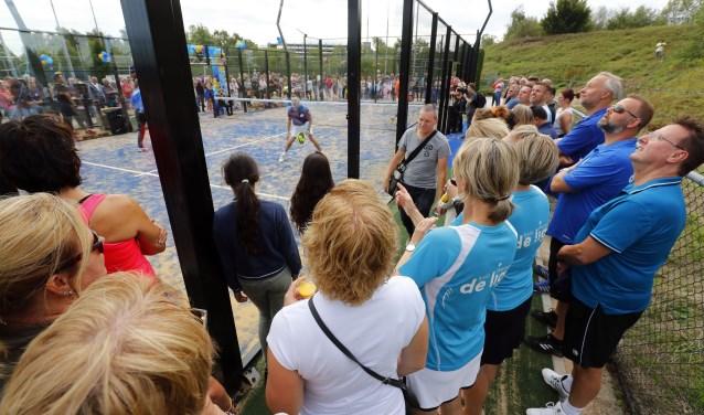 Feest bij tennisvereniging Metzpoint waar twee nieuwe padelbanen werden geopend. FOTO: Bert Jansen.