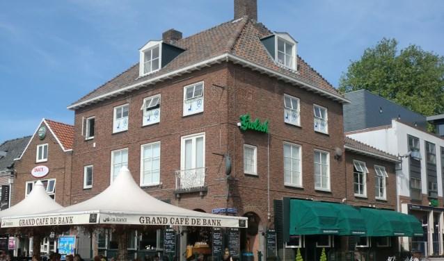 Bankier Overling had vroeger niet kunnen dromen dat er nu een modern Grand-Café in zijn pand zou zijn gevestigd. Alles in het pand ademt nog de sfeer van de bank. (foto Ton Arendsen)