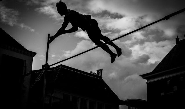 De polsstokhoogspringwedstrijd: Urban Pole Vault Series is op vrijdag 7 september op het Rijnplein. Initiatiefnemer Femke Pluim kan zelf helaas niet springen door een voetblessure.