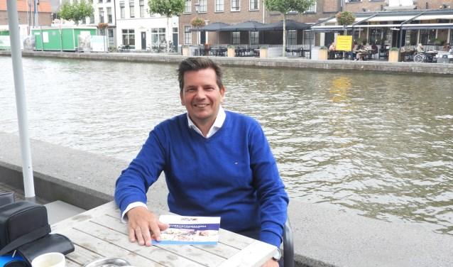 """Roland Vendeveen is van de Volksuniversiteit Alphen. De organisatie steunt geheel op vrijwilligers.""""We moeten het vooral hebben van de vrije publiciteit en mond tot mond reclame."""" FOTO: Hans Willering"""