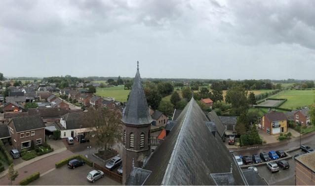 Vanuit de klokkentoren van de Loilse kerk, was tijdens de 11 Dorpentoer de omgeving van Loil goed zichtbaar, ondanks het weer. (foto: PR)