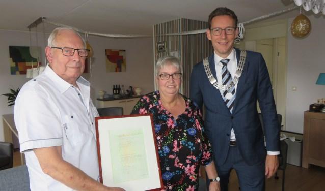Willem en Anja hebben zojuist het geschenk van burgemeester Poppens in ontvangst genomen. FOTO: John Beringen