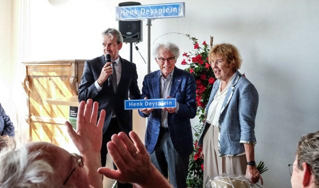 Een zichtbaar ontroerde Henk Deys wordt verrast door burgemeester Hans van der Pas met de naamgeving van het Henk Deysplein in het centrum van Rhenen. (Foto Max Timons)