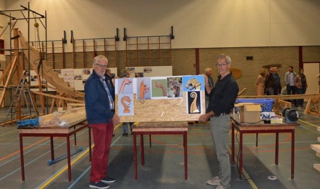 Coos van den Hoek(l) en Kees Sterrenburg tonen het inspiratiebord waar ontwerpers enige bestaande koppen kunnen zien. FOTO: Ben Blom