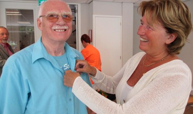 Secretaris Kees Janssens van KBO Stokhasselt verheugt zich op de festiviteiten bij KBO Stokhasselt. Op deze archieffoto uit 2016 krijgt hij voor zijn inzet de zilveren speld van voorzitter Els Aarts van KBO Tilburg.
