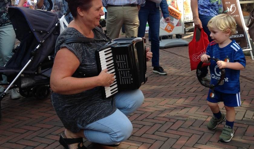 Een jong talent ontdekt spelenderwijs zijn ritmegevoel, samen met accordeoniste Marieke de Vries (foto Wim Soeters)