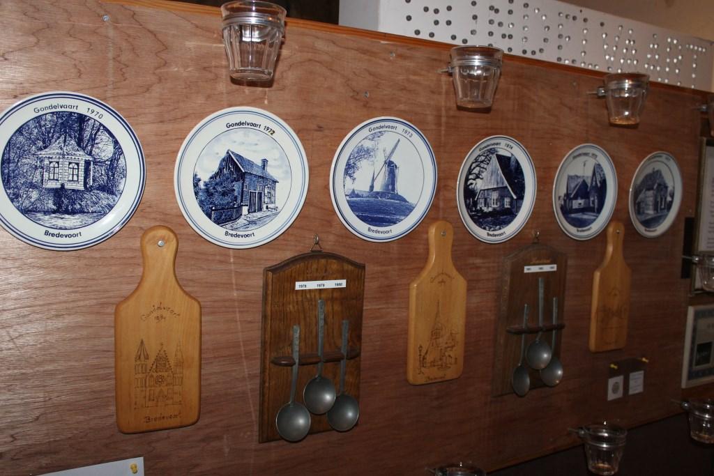 Delftsblauwe bordjes, tinnen lepels en een broodplank was destijds de beloning voor de medewerkers aan de Gondelvaart. Foto: Leo van der Linde © Persgroep
