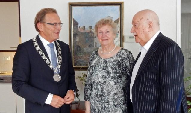 Sieb en Nel Arends vierden woensdag hun 60ste trouwdag. Burgemeester Koos Janssen kwam hen feliciteren. Koning Willem Alexander en koningin Maxima wensten het paar geluk via een brief.