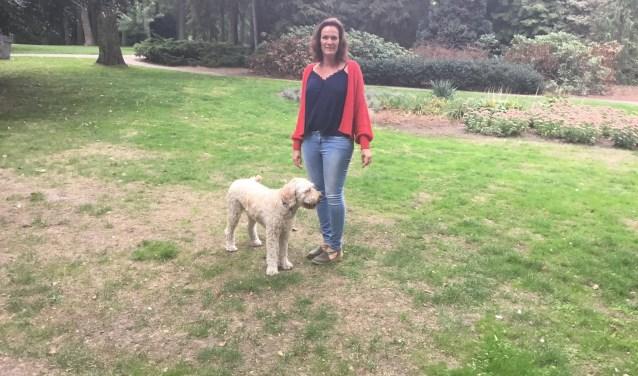 Janine de Haas met hond Guusje. (Foto DFP)