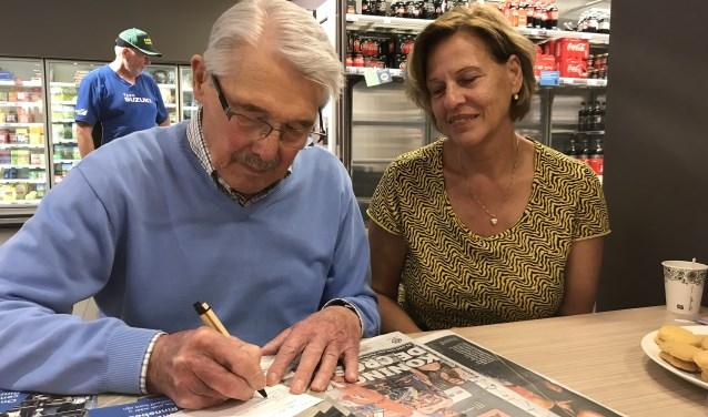 De heer Stegeman vult een Gouden Wenskaart in samen met Willy Sturkenboom van het OC Rinnebeek.