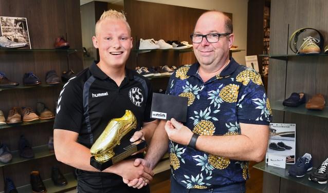 Tim Schruijer won vorig seizoen de Gouden Schoen. Rudi Hermans overhandigde de bokaal.