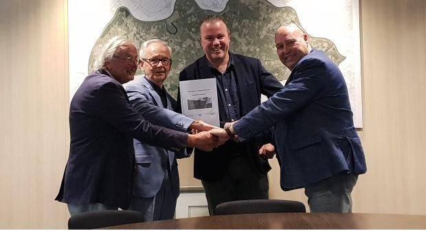 Vertegenwoordigers van de gemeente Oss, BrabantWonen en Stichting Wijkcentrum Ruwaard tekenen een intentieovereenkomst over de nieuwe Iemhof.
