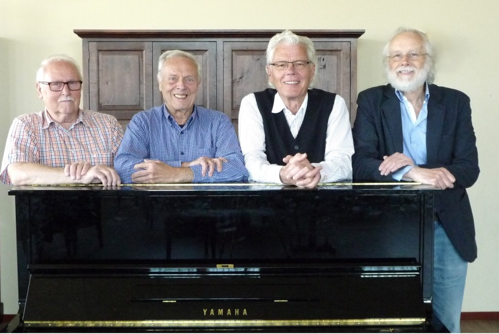 Het Meezingcafé wordt verzorgd door Theo Nass (percussie), Jacques Vermeer (voorzanger), Wim Lamers (piano) en liedjesober Louis Roes.