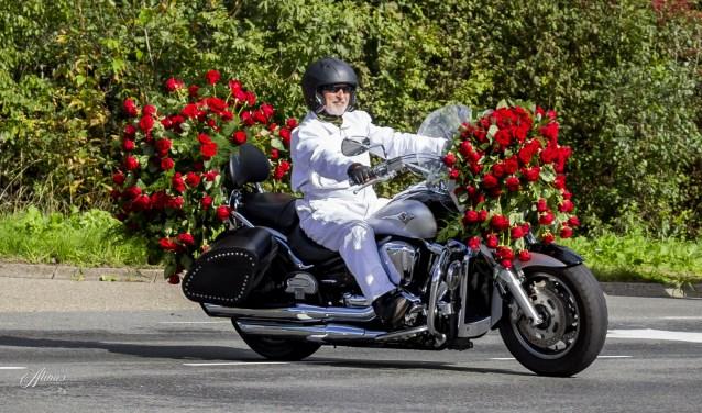 Voorop rijdt een Harley Davidson versierd met rozen, gevold door 5000 wielrenners. Foto's: Alina Koenders