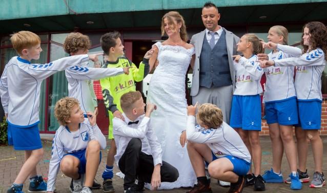 Het team JO12 van ISC getuige van het huwelijk van hun trainer Bas.