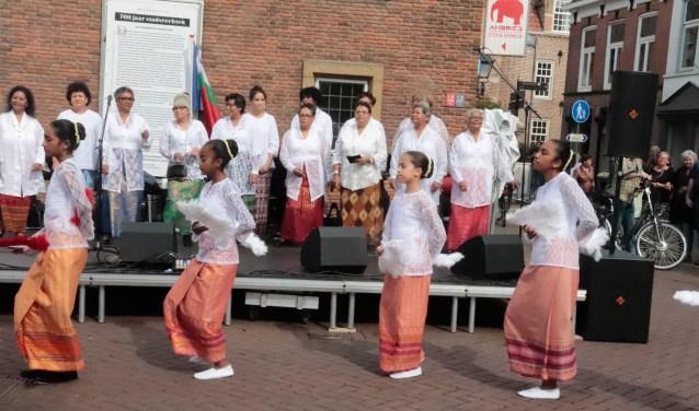 Bunga Maluku zorgde voor een mooie Molukse dans.