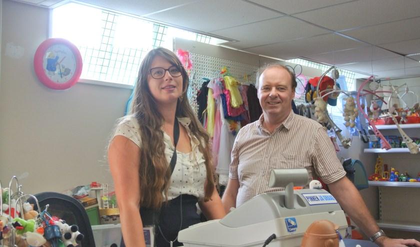 Anouk de Paauw is één van de 12 vrijwilligers die samen met Daniël van der Meer  de nieuw opgezette Speelgoedbank runt. Nieuwe vrijwilligers zijn welkom.